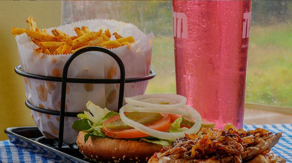 המבורגר עם תוספת בצל מטוגן