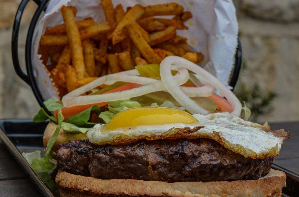 המבורגר עם תוספת ביצה עין
