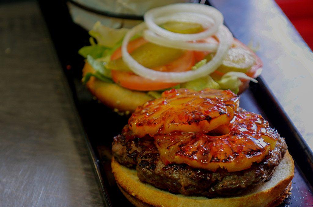 המבורגר עם תוספת צ'ילי אננס